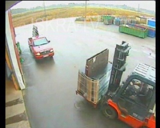 forklift drops load on car – cctv, mute