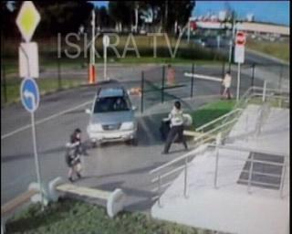 car crashes into steps – no sound